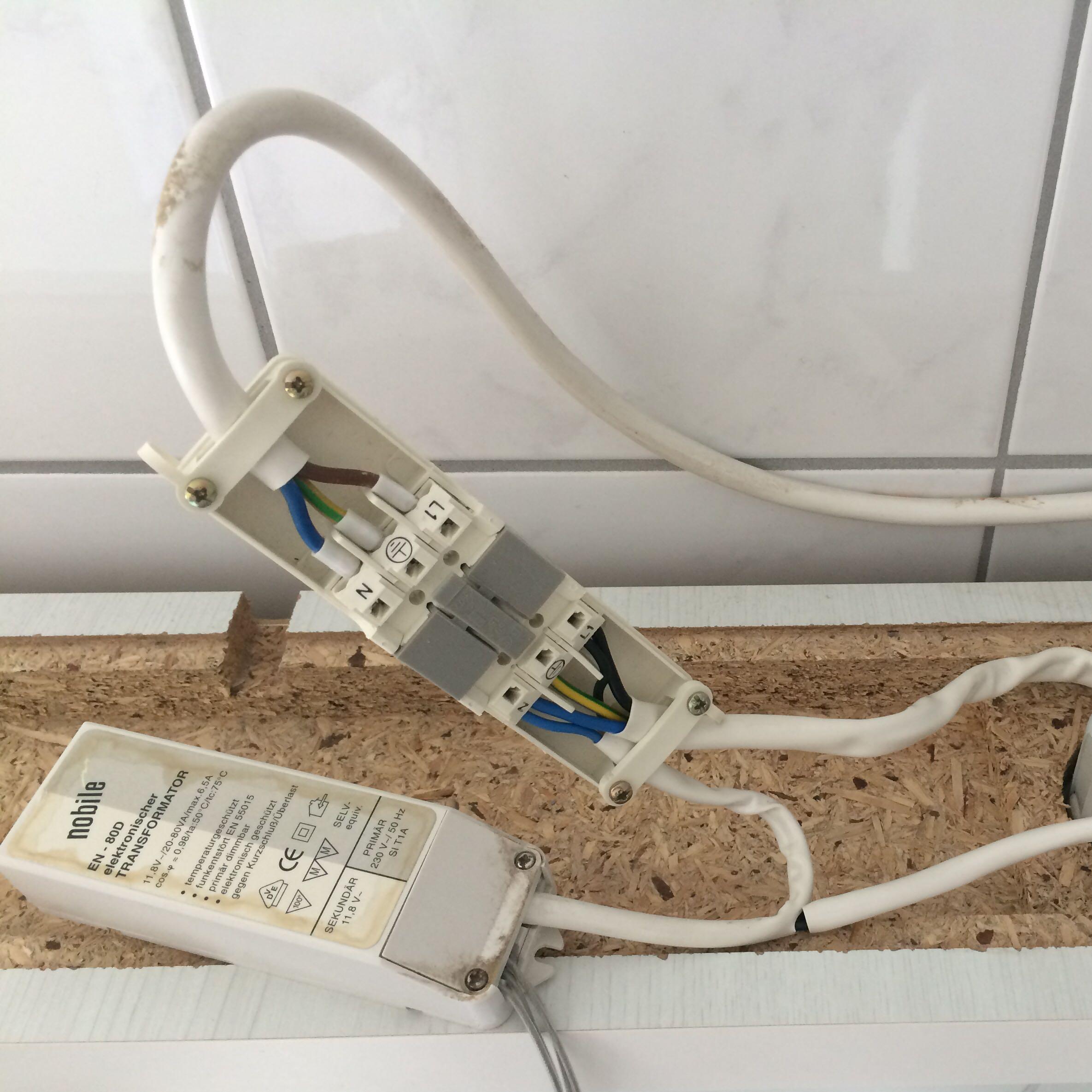 bei bet tigten externen lichtschalter funktioniert nur die in dem schrank integrierte steckdose. Black Bedroom Furniture Sets. Home Design Ideas
