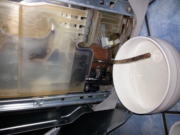bei sp lmaschine von aeg l uft wasser in die bodenwanne installation handwerker spuelmaschine. Black Bedroom Furniture Sets. Home Design Ideas