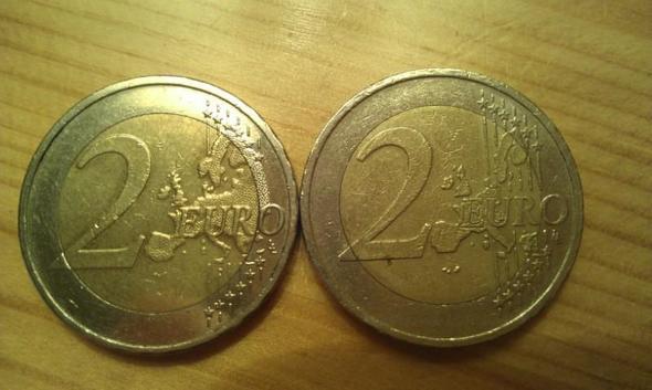 zum Vergleich, rechts eine normale Münze.  - (Wert, Euro, Münzen)