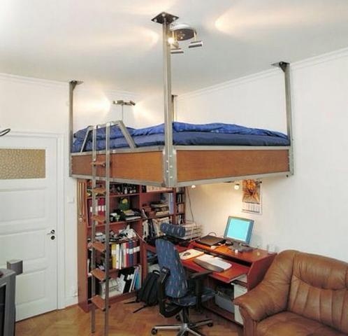bett an der ecke platzsparend einzimmerwohnung an der decke. Black Bedroom Furniture Sets. Home Design Ideas