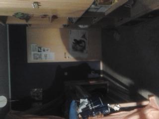 Links ist das Hochbett und rechts das Regal mit Fernseher. - (Farbe, Zimmer, Dekoration)