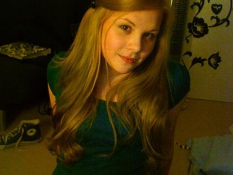 Meine Haare sind etwas heller, aber auch fast mit diesem Grünstich  - (Haare, Frisur, färben)