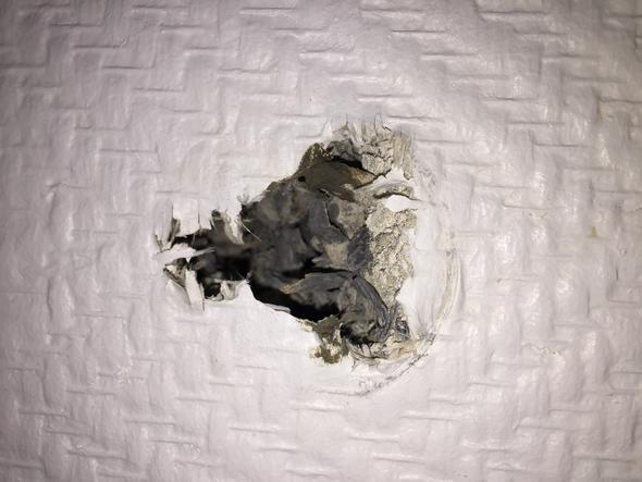 bohrloch in der wand verschlie en handwerk loch putz. Black Bedroom Furniture Sets. Home Design Ideas