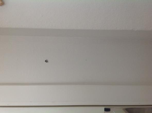 Sehr Bohrlöcher in eine Wand, in der sich vermutlich ein Stahlträger DK04