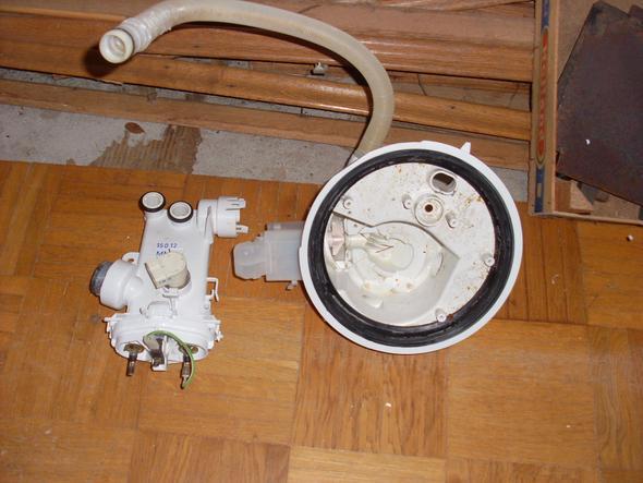 Gehäuse unten mit Heizstäben und Ablaufpumpe - (Haus, Spuelmaschine, Geschirrspüler)