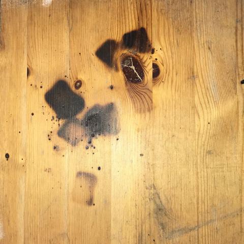 Brandflecken auf Holz wegbekommen?