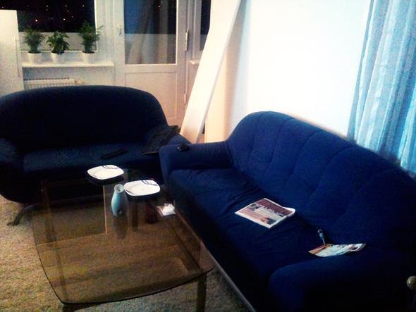 Glastisch mit blauem Sofa - (Dekoration, Couch, glastisch)