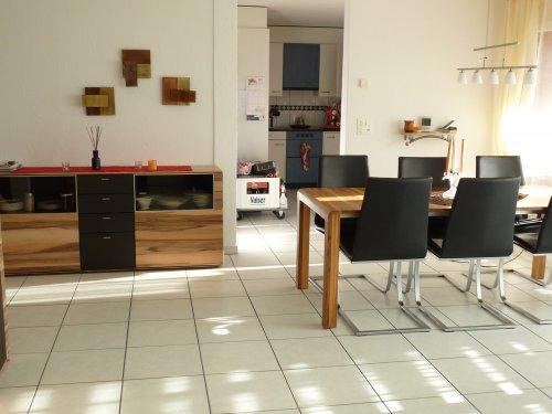 Braune Ledercouch und Nussbaum-Möbel - welche Wandfarbe ...