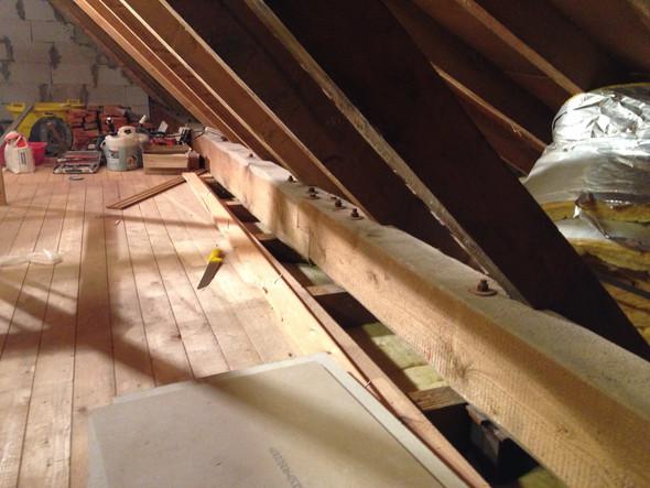 Hier hab ich die Bretter hoch genommen man sieht das unter der pfette luft ist  - (Physik, Dämmung, Dachdecker)