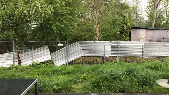 Darf der Nachbar ohne Einverständnis einen Zaun auf die Grundstücksgrenze setzen?