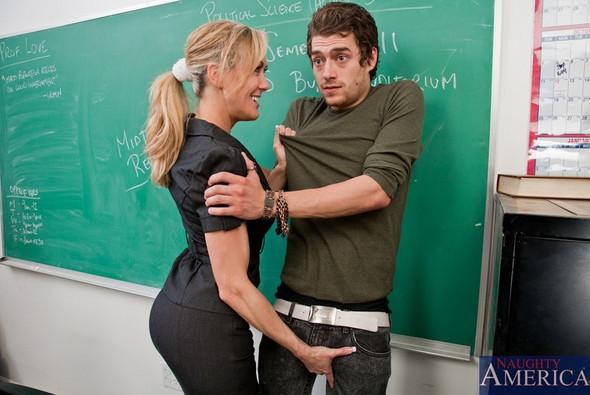 Blonde Lehrerin Dominiert Unartigen Schüler
