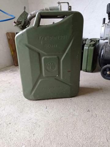 Darf man in Nva Kanister Benzin füllen?