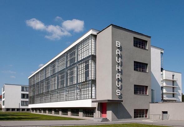 - (Alter, Architektur, Bauhaus)