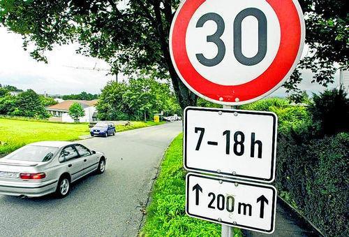 Foto - (Auto, Geschwindigkeit, Straßenverkehr)