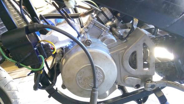 Motor von links - (Auto und Motorrad, Strom, Motor)