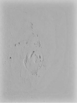 Hier waren wohl mal Schränke an der Wand bzw. Löcher für Bilder  - (Farbe, Handwerker, Maler)