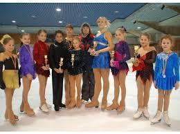 Das Kostüm ganz links außen - (Sport, Mädchen, Eiskunstlauf)