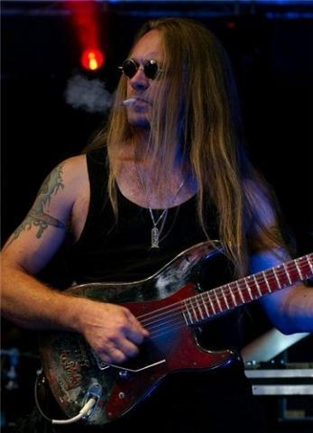 Zachary Hietala an einem Auftritt mit Tarot, inklusive Fluppe - (rauchen, Konzert, Metal)
