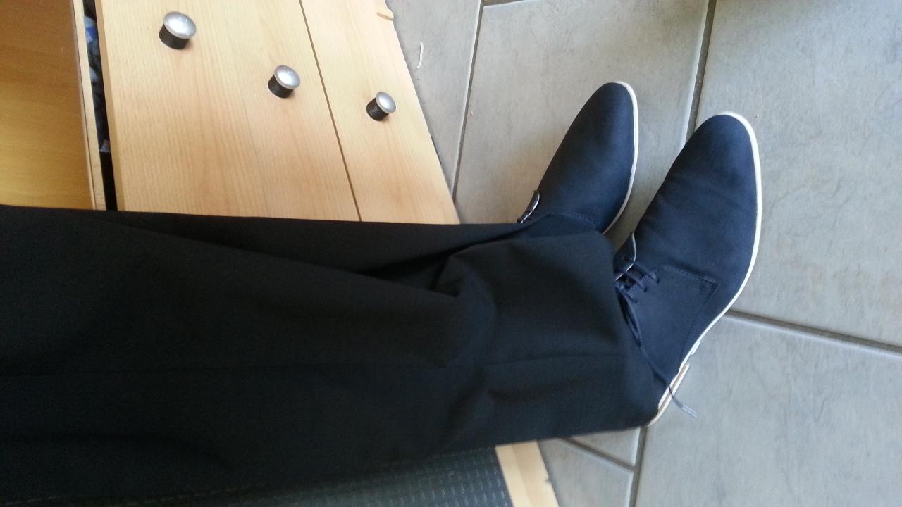 dunkelblaue schuhe auf schwarzen anzug geld arbeit mode. Black Bedroom Furniture Sets. Home Design Ideas