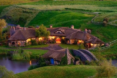 ein dorf wie das auenland wohnen herr der ringe hobbit. Black Bedroom Furniture Sets. Home Design Ideas