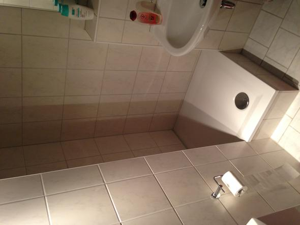 einbau einer fehlenden duschwand sache des vermieters mietrecht vermieter mietwohnung. Black Bedroom Furniture Sets. Home Design Ideas