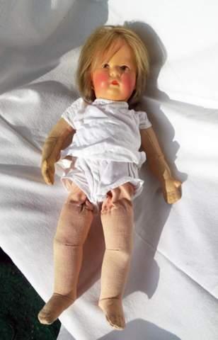 Es geht um eine alte Puppe, die meine Freundin mit 4 J. bekommen hat?