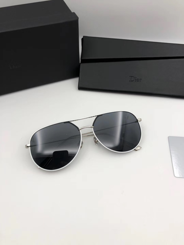 Findet ihr diese Sonnenbrille schön für einen Herren, 23 Jahre?