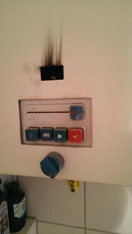 flamme der gastherme ist aus handwerk gas warmwasser. Black Bedroom Furniture Sets. Home Design Ideas