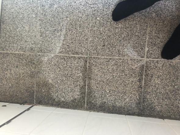 Flecken auf Fliesen wegbekommen Reinigung Badezimmer