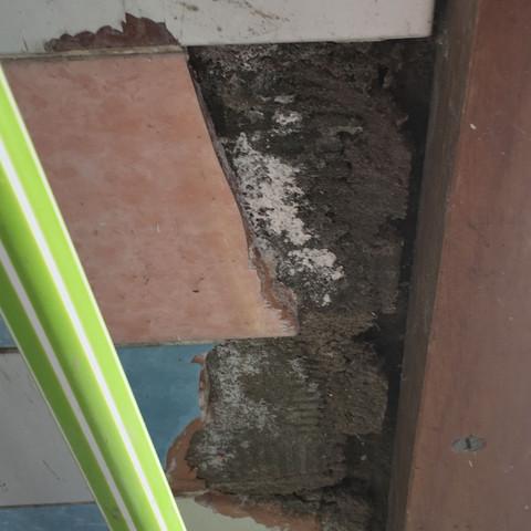 Fliese abgefallen direkt neben dem Türrahmen  - (Haus, bauen, Handwerk)