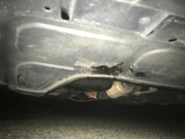 Unterboden Bild mit Flecken - (Auto, Flüssigkeit, unterboden)