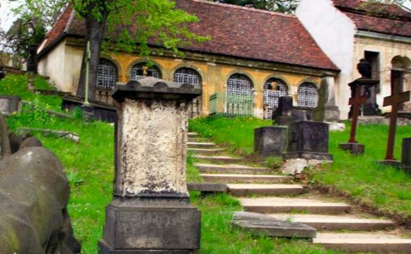 Frage an die Frauen, wie fändet ihr das, wenn euer Freund in einem Haus auf einem Friedhof leben würde?