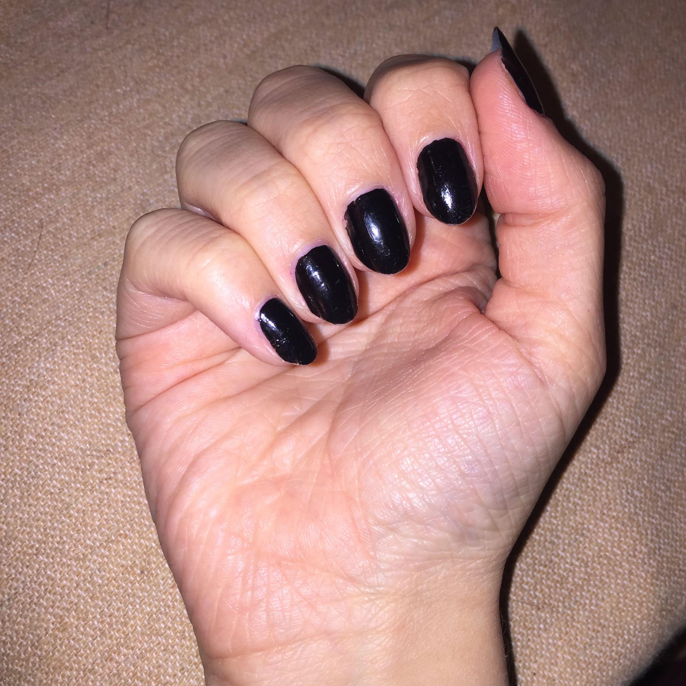 Frage an die jungs? Mögt ihr schwarzen nagellack und eher eine runde ...