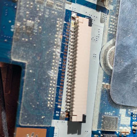 Das hier ist der Anschluss für die Tastatur welcher sich gelöst hat - (Computer, PC, Technik)