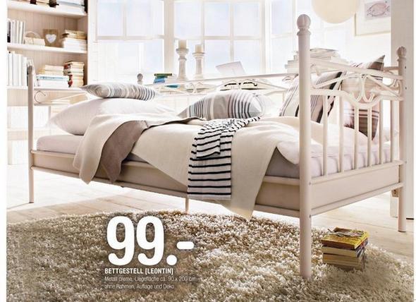 Bett   (Uhr, Bett, Koffer)