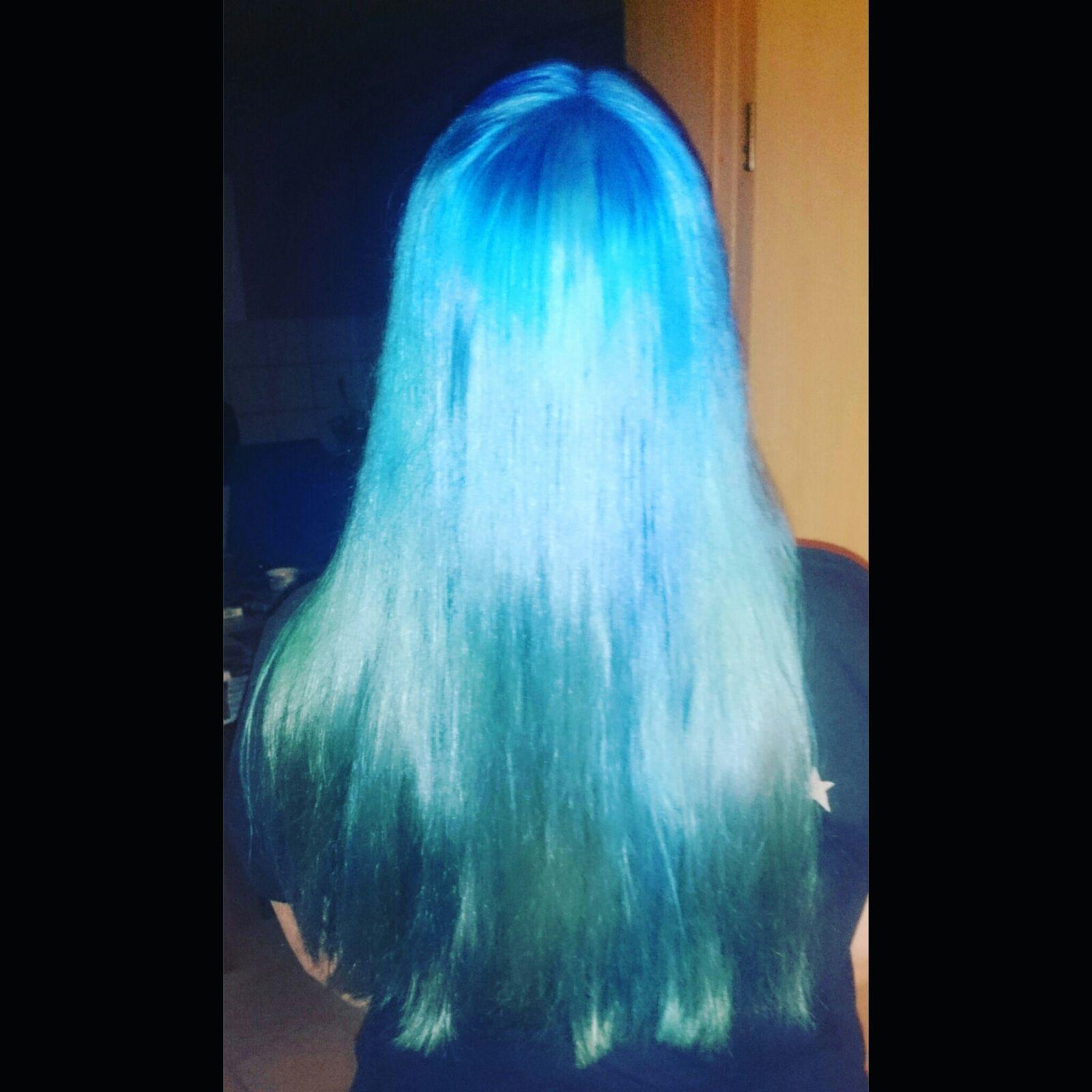 Kann man frisch gefärbte blaue Haare mit schwarz-blau