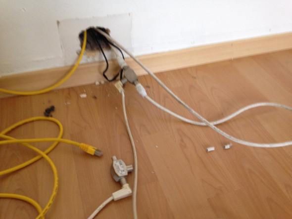 wof r sind die kabel auf dem folgenden bild wohnung telefon. Black Bedroom Furniture Sets. Home Design Ideas