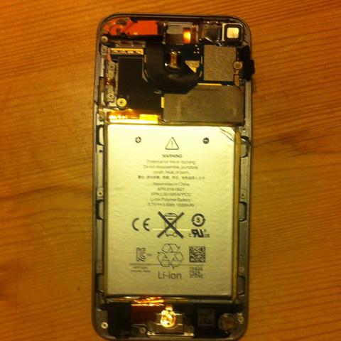 Der iPod ist genau zwischen dem Akku und dem Motherboard gebogen - (Apple, iPod Touch, iPod)