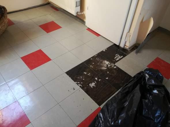 Fußboden Kunststoff Platten/Kleber entfernen?
