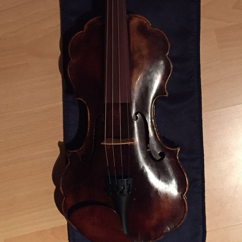 Hier sieht man den geschwungenen Korpus - (Geige, Violine, Emilio Celani)