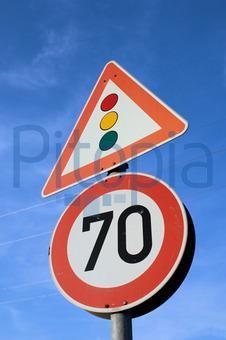 Ampel mit Geschwindigkeitsbegrenzung von 70km/h - (Auto, Geschwindigkeit, fahranfaenger)