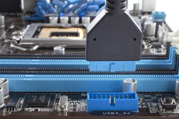 Gibt es ein  USB 3.0 Mainboard Anschluss adapter,damit man direkt 2 Kabels (statt eins)anschlissen kann?