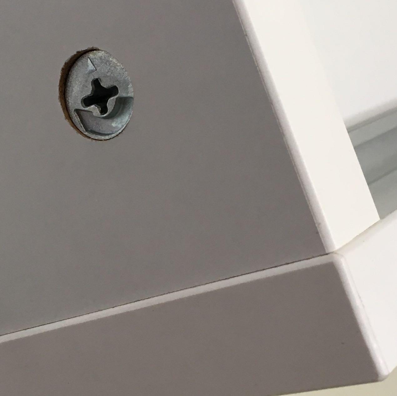 gibt es für diese (ikea-) schrauben runde und weiße abdeckkappen