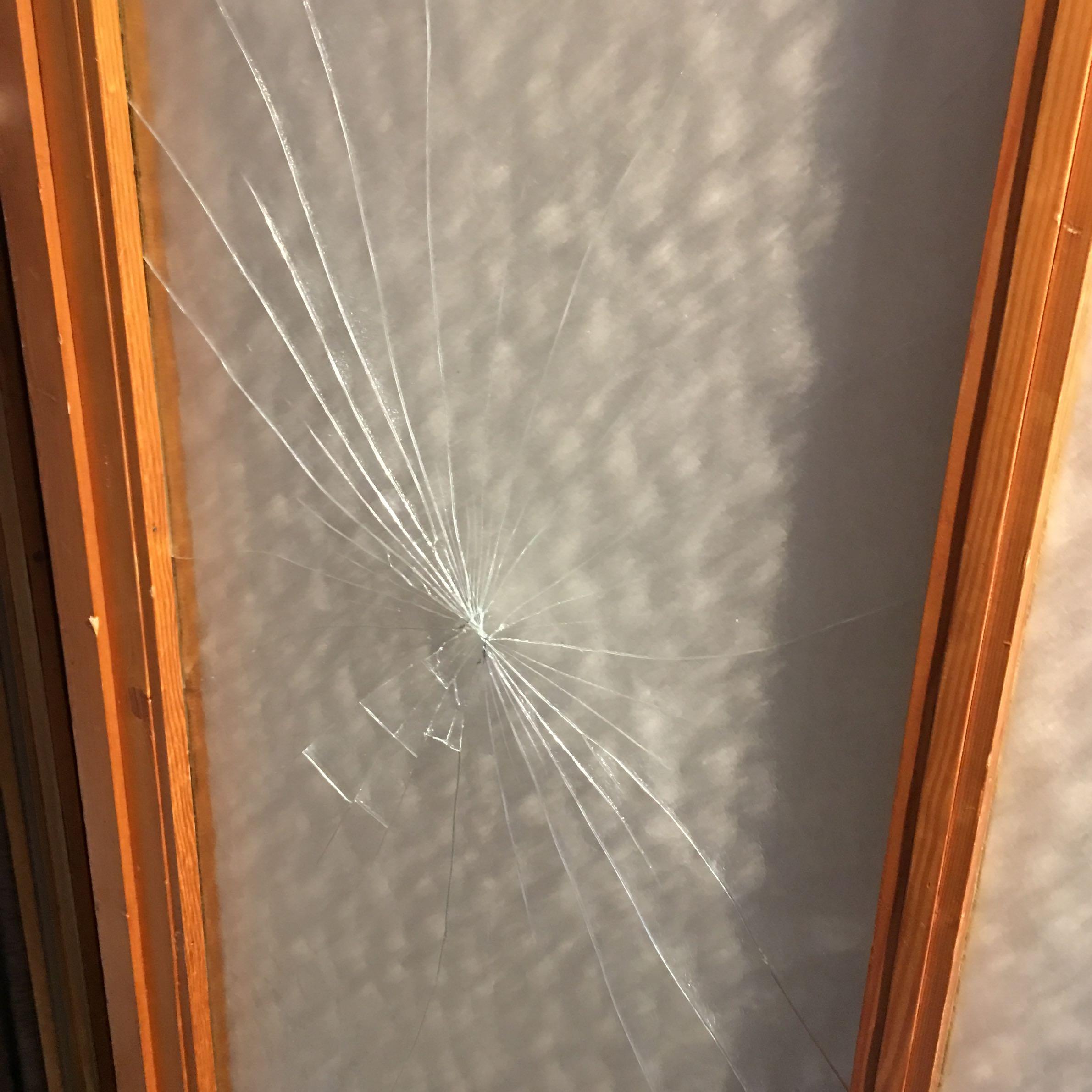 glas in der wohnung kaputt wer repetiert so etwas reparatur handwerk schaden. Black Bedroom Furniture Sets. Home Design Ideas