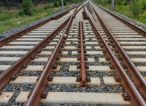 Gleisbau - Bild 1: Welche Funktion hat diese Mittelschiene - Bild 2: Was macht das weiße Messmittel an den einem Schienensteg?