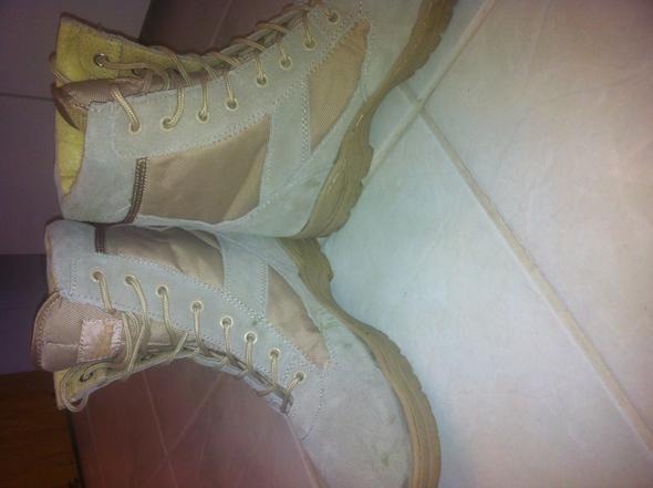 Siehe unter dem Textileinsatz(links u. rechts) und vorne(nur links)  - (Schuhe, Flecken, entfernen)
