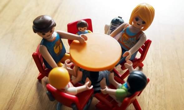Guten Morgen. Sollen Kinder am Tisch sitzen bleiben bis alle anderen aufgegessen haben?