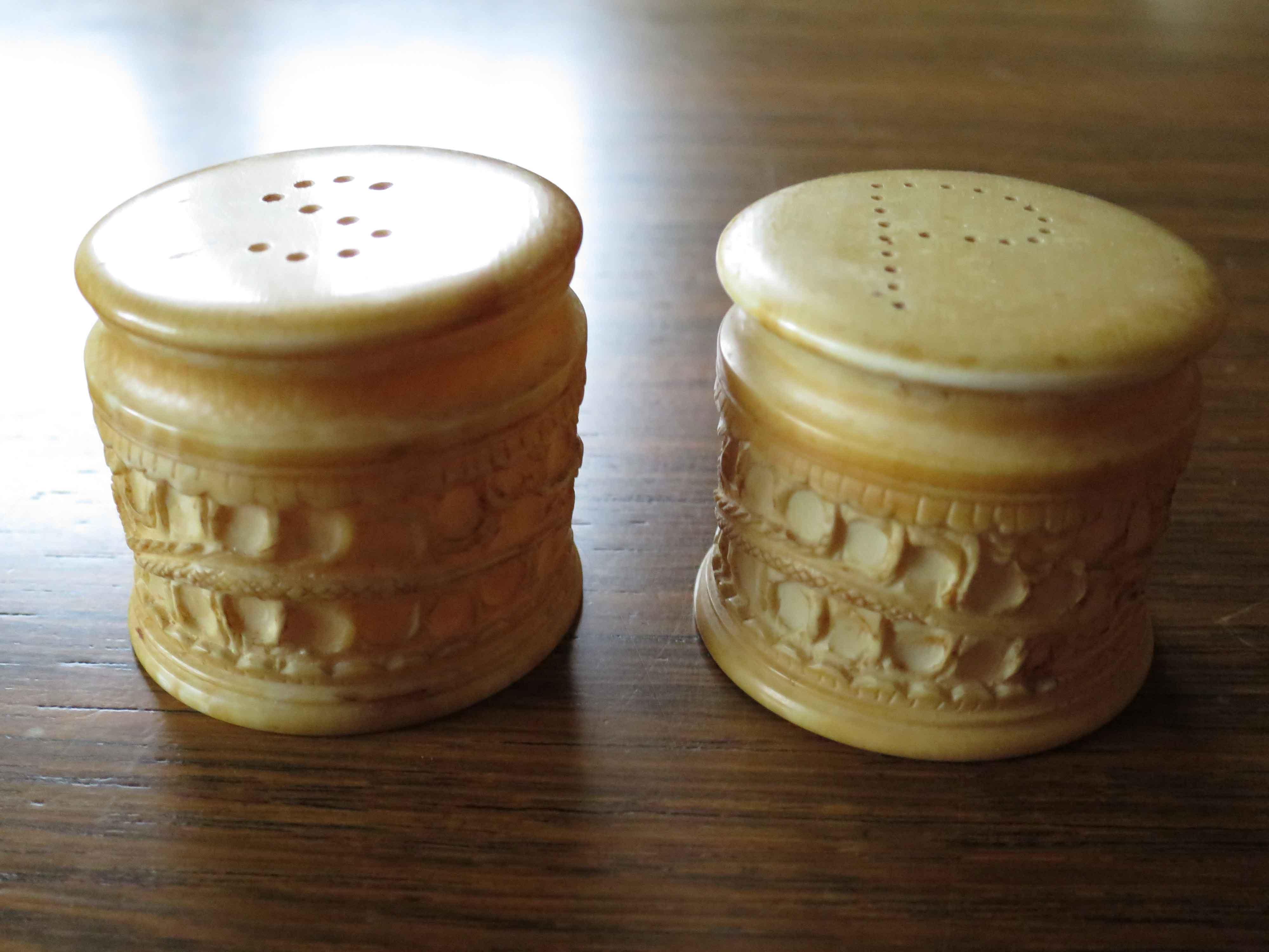 habe diese antiken geschnitzten salz und pfefferstreuer aus elfenbein geerbt und m chte sie. Black Bedroom Furniture Sets. Home Design Ideas