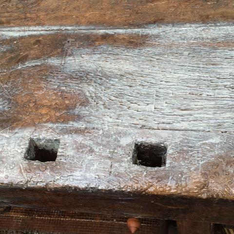 Habe eine  Holzbank mit Bootslack gestrichen, damit sie im Freien stehen bleiben kann. Die Oberfläche wird jetzt weiß bei Regen. Was habe ich falsch gemacht?