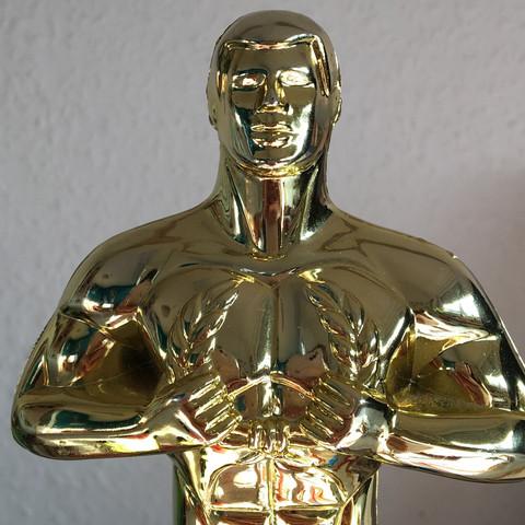 Statue mit einem Kranz in den Händen - (Schule, Der Oscar)